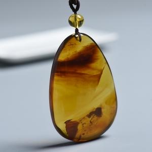 浅金棕植物琥珀挂件