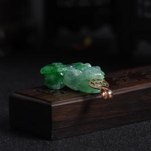 18k镶嵌糯冰种翠绿翡翠貔貅吊坠