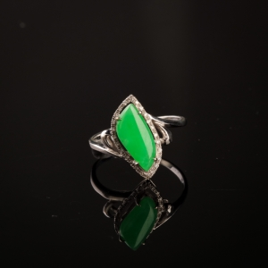 18K白金镶钻糯冰种阳绿翡翠戒指