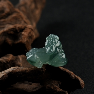 糯冰种蓝绿翡翠貔貅吊坠
