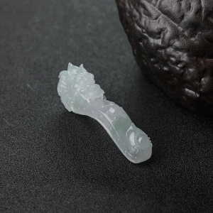 糯冰种浅绿翡翠龙钩吊坠