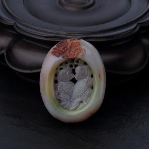 盐源玛瑙镂雕和和美美吊坠