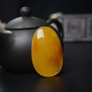 鸡油黄蜜蜡随形吊坠