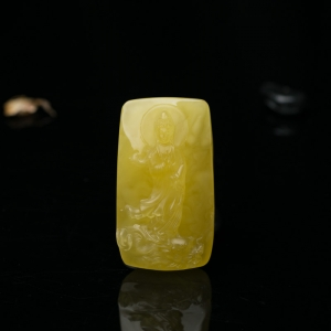 鸡油黄蜜蜡观音吊坠