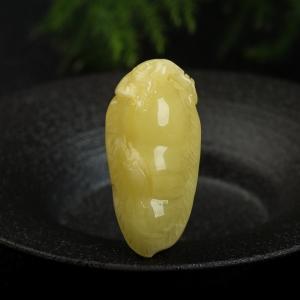 鸡油黄蜜蜡连中三元吊坠
