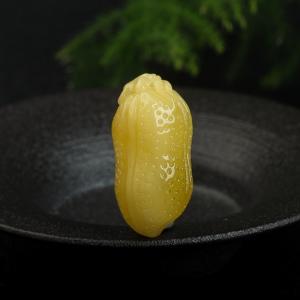 鸡油黄蜜蜡花生吊坠