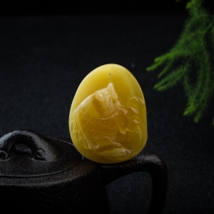 鸡油黄蜜蜡年年有余吊坠