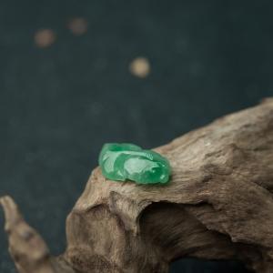糯冰种翠绿翡翠年年有余吊坠