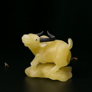 鸡油黄蜜蜡牛摆件
