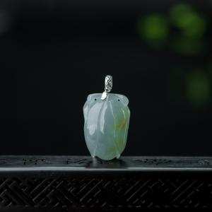 18K糯冰种俏色翡翠含笑花吊坠
