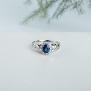 18k皇家蓝蓝宝石扭花小戴妃款戒指