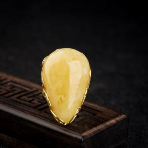 银镶浅黄白花蜜戒指