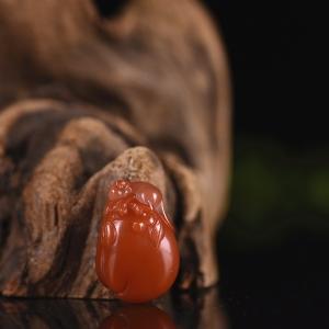 樱桃红南红灵猴献寿吊坠