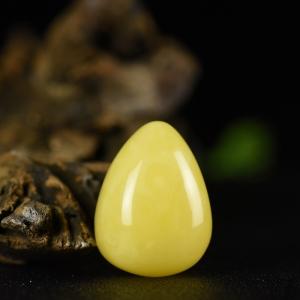 鸡油黄蜜蜡水滴形吊坠