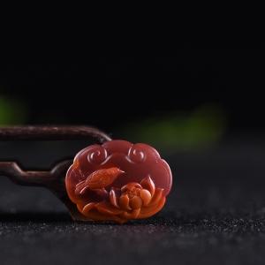 俏色柿子红南红荷塘清趣平安锁吊坠