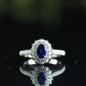18K皇家蓝蓝宝石戒指