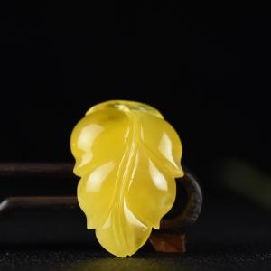 鸡油黄蜜蜡金枝玉叶吊坠