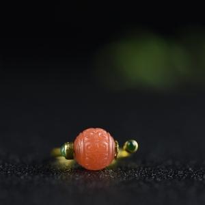 18K樱桃红南红回纹珠戒指