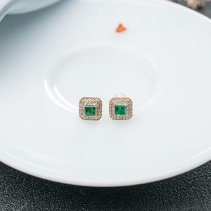 18K鲜绿祖母绿耳钉
