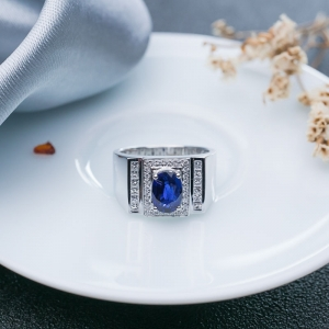 18K深蓝色蓝宝石戒指