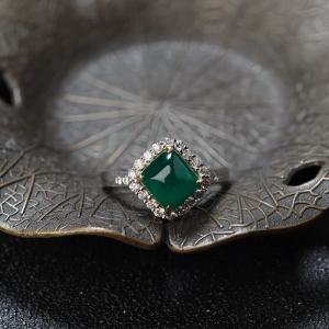 18K深绿祖母绿方形戒指