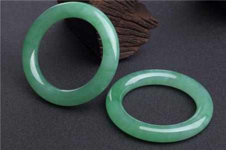 阳绿翡翠手镯价格为何高?阳绿翡翠手镯有哪些优点?