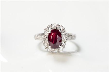 天然红宝石戒指有哪些特征?怎样鉴别红宝石戒指?