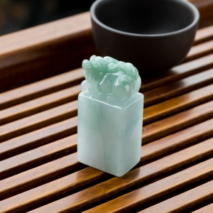 糯冰种浅绿翡翠貔貅印章