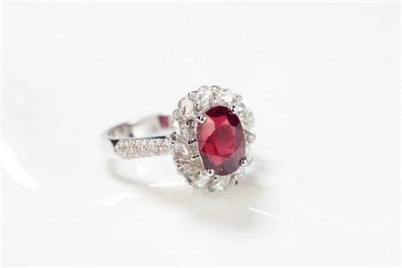 鸽血红宝石价格,什么级别的红宝石才算得上鸽血红宝石