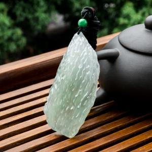 糯冰种浅绿翡翠随形吊坠