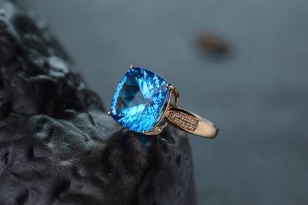 托帕石和海蓝宝的区别,托帕石比海蓝宝贵吗?