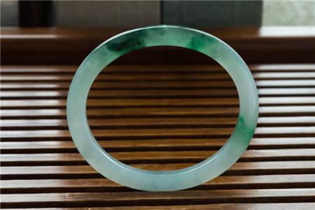 绿色翡翠手镯价格多少钱?