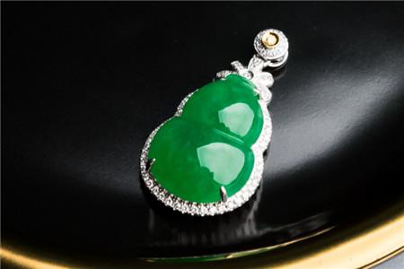 翡翠阳绿挂件特征,翡翠阳绿挂件好吗?