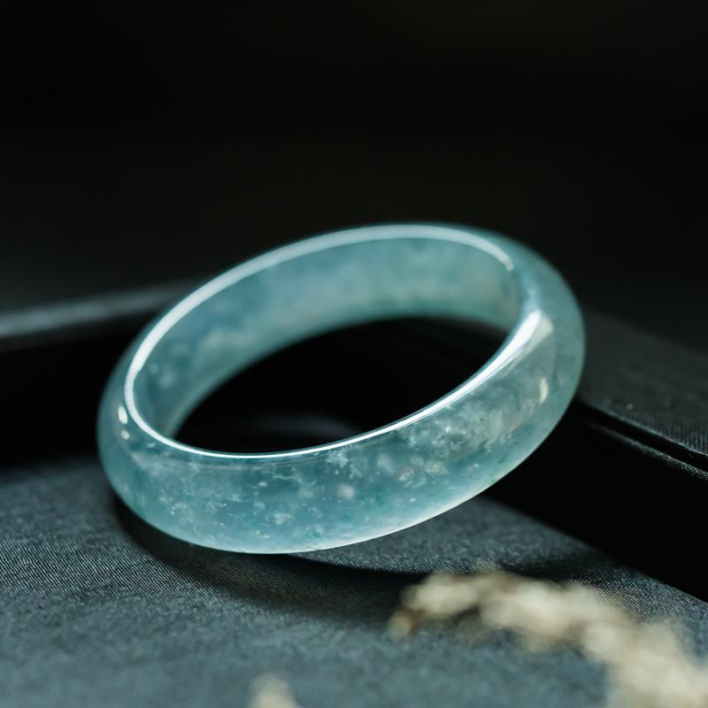 什么是蓝水翡翠?哪些因素决定了蓝水翡翠的价格?